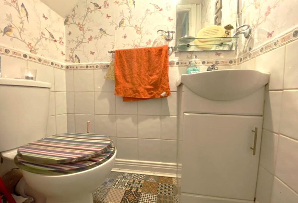 13 Westbourne Court guest wc